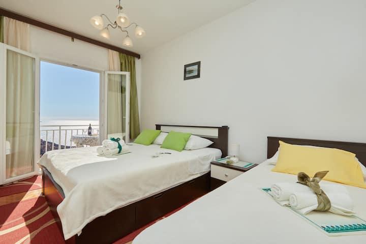 Medzalin triple room with balcony and sea view