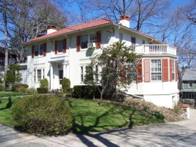 Mediterranean style villa in lower Westchester - Yonkers - Huis