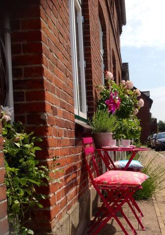 Vor dem Haus kannst Du Dein eigenes kleines Straßencafe eröffnen ;-)
