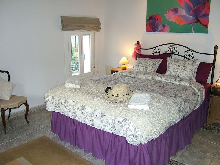 Large Azul room in villa with en suite bathroom