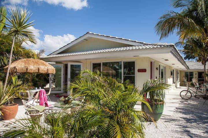 Lido Beach House - luxury mid-century one bedroom