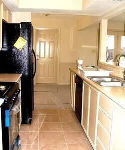 5 Bedroom 3 bathroom house huge yrd - Austin