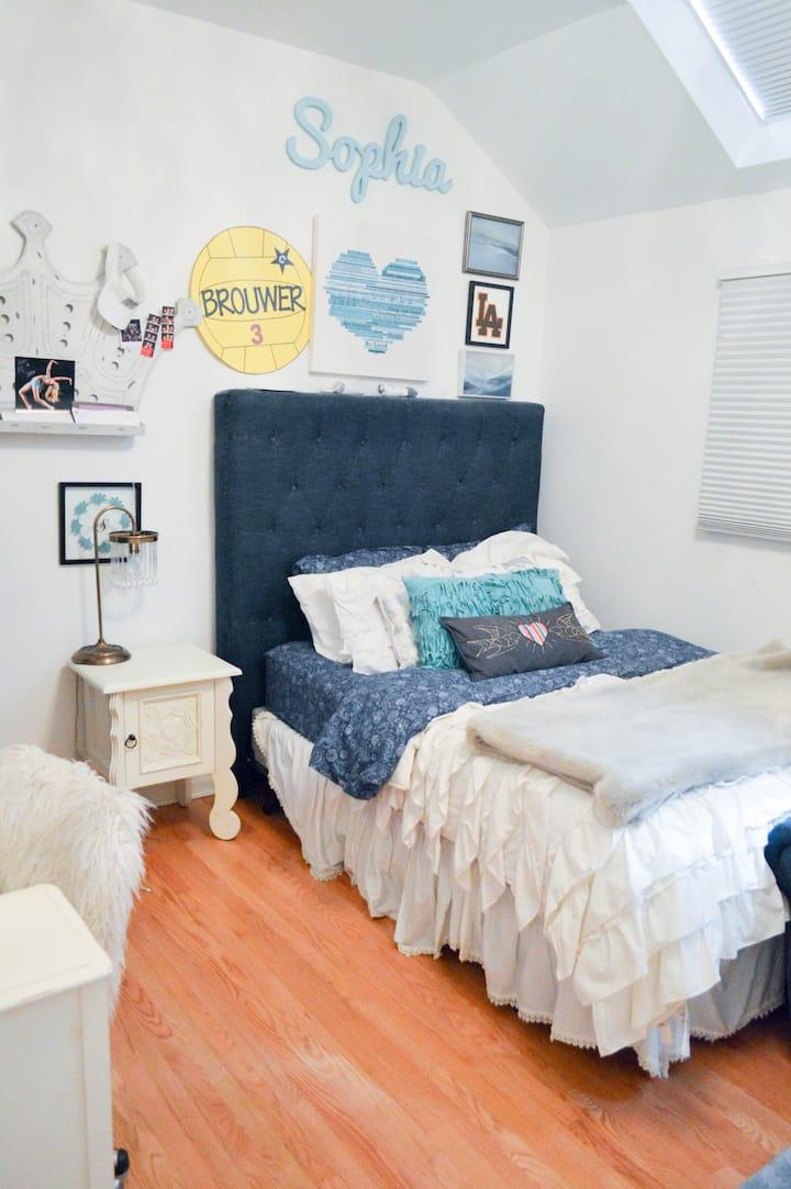 Private Lincoln Park Bedroom/Bathroom Sophia room