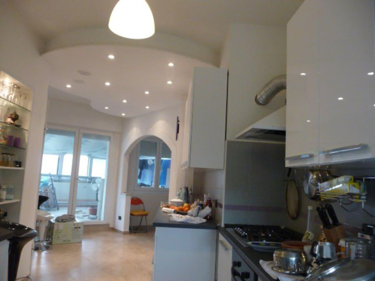 Ingresso e Cucina con porta finestra verso il grande terrazzo