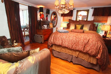 The Manor | The Marie Bedroom