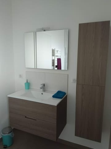Private bathroom.  Salle de bain privée