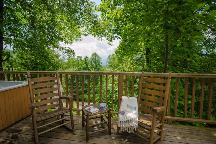 Gatlinburg-Sleeps 6-Views, Hot Tub,Close to town!