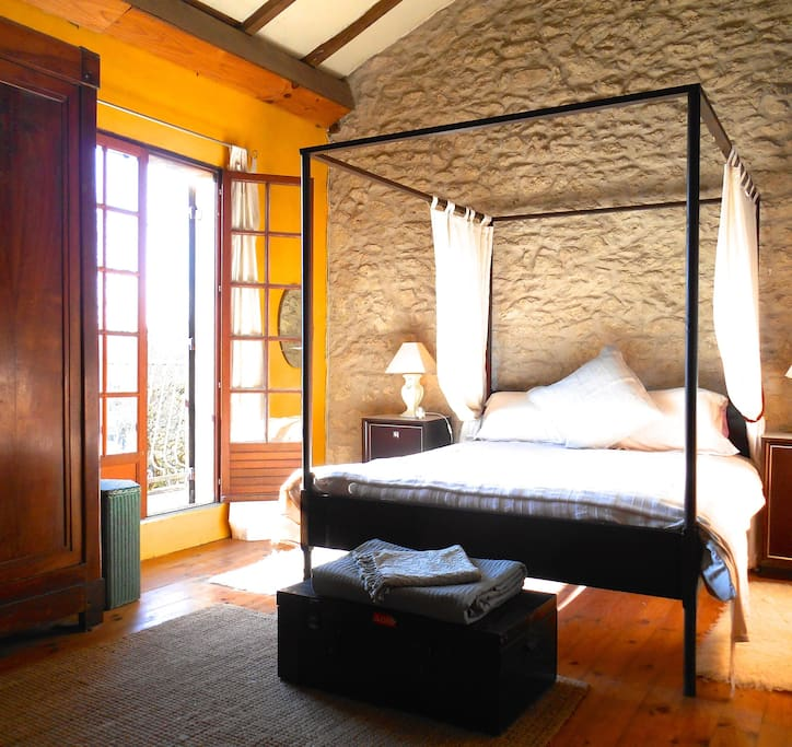 Four poster kingsize bedroom - filled with morning sun.