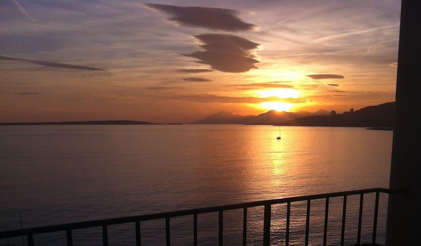 Coucher de soleil de la terrasse. Sunset on the terrace