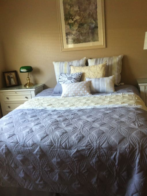 Queen bed, new furnishings.