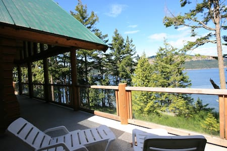 OceanFront 4 Bed Log Home & Hot Tub - Pender Island