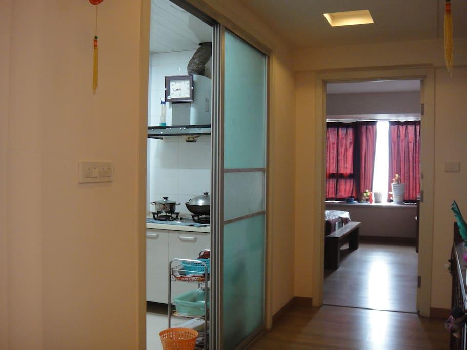 客厅望向厨房和卧室
