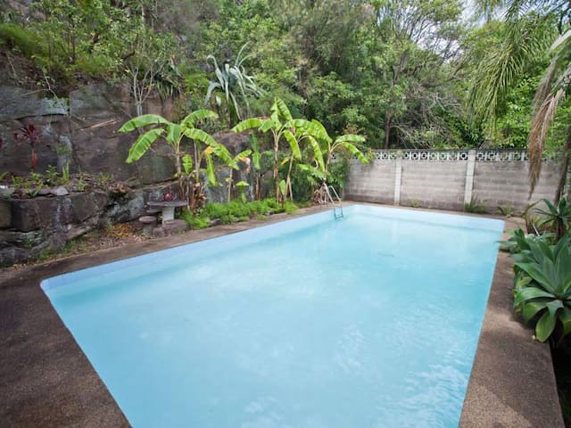 Quiet home, close to city+ pool! - Earlwood - Casa