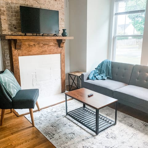 ★NEW★Downtown Modern Apt Steps to Converse College