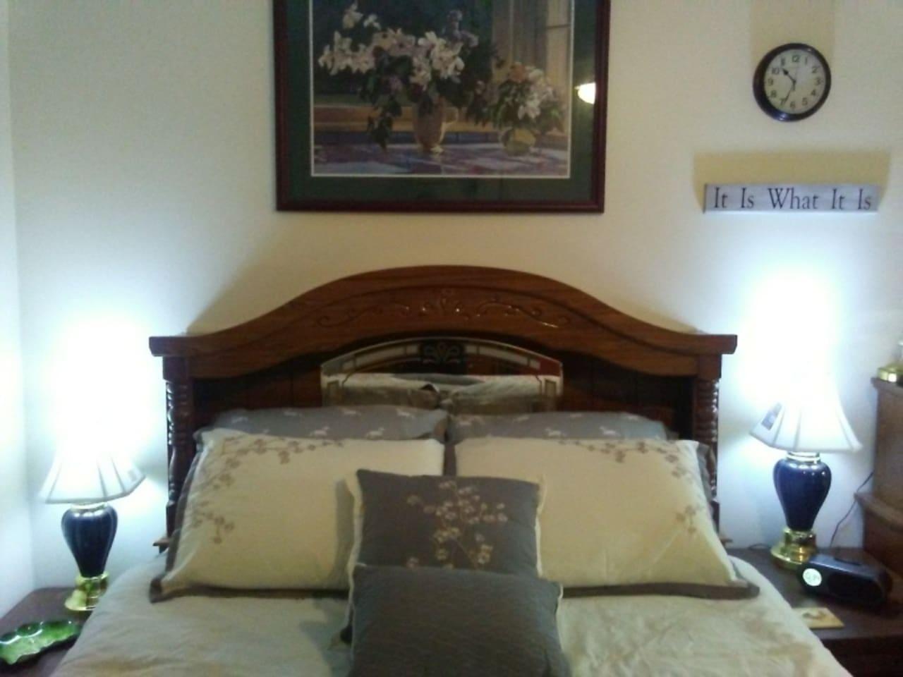 Queen Bed - Night tables - No Headboard Light On