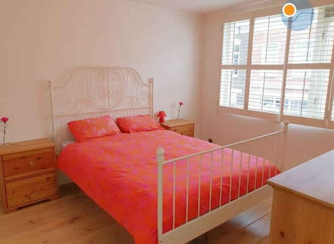 DOUBLE PRIVATE BEDROOM/LARGE HOUSE **FEMALE ONLY**