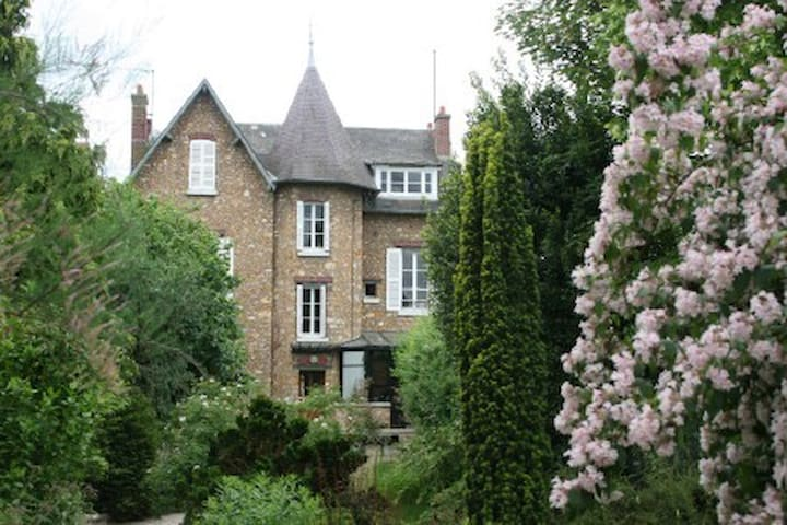 House between Versailles & Giverny