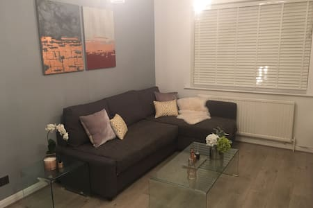 Stylish Clean london apartment 2min to station!!! - Enfield