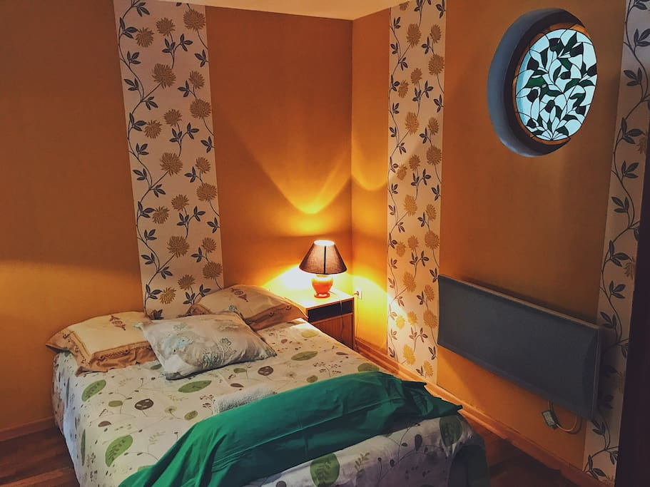 Le lit double dans la chambre supplémentaire supplémentaire
