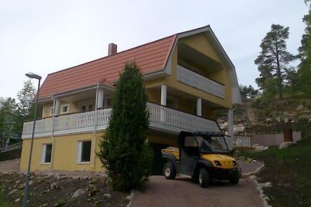 Iso talo meren ja kylän lähellän - Nagu