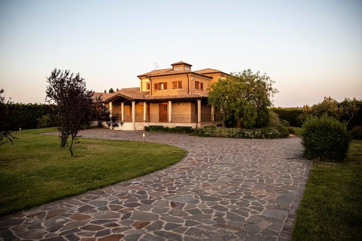 Villa con piscina per vacanze, week-end ed eventi