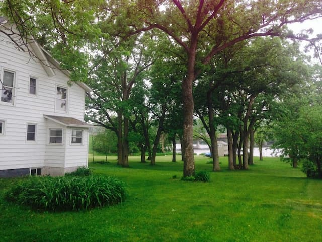 Waterfront house on 3 acres w/ BBQ - Beloit