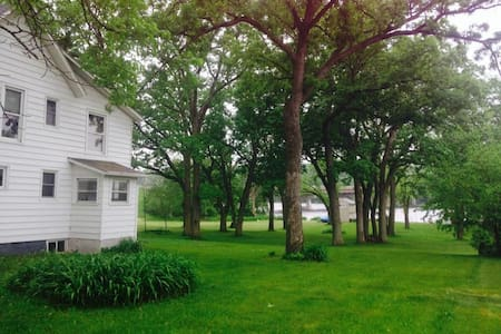 Waterfront house on 3 acres w/ BBQ - Beloit - Casa