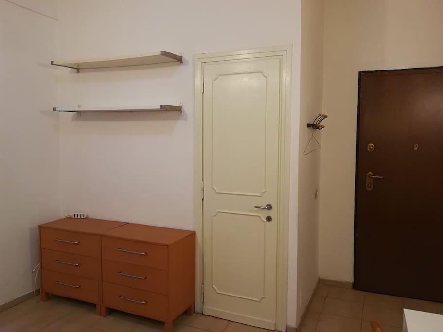 entrata bagno (la porta è stata dipinta di bianco)