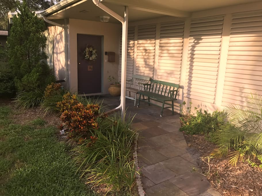 The entrance , notice all the Floridian plantings