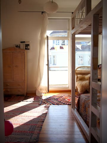 Schlafzimmer mit Balkon / bedroom with balcony