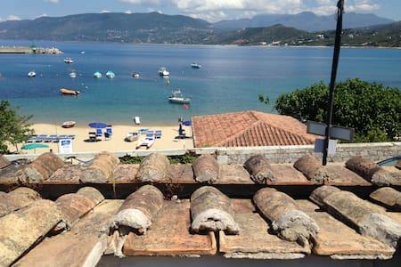 Vacanze, mare sulla spiaggia del Porto di Palinuro
