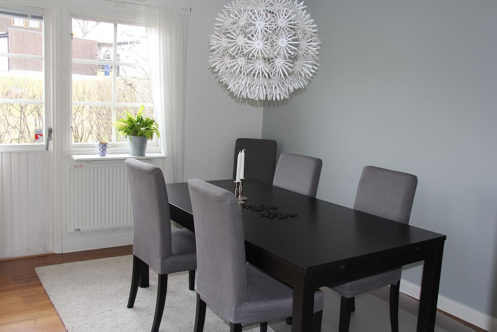 Dining table in living room, extendable with space for up to 10 people.