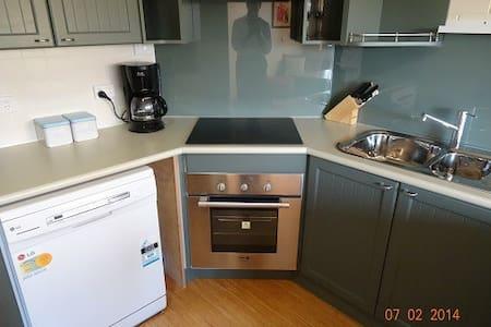 City Fringe Value....  3 bedrooms with Queen beds. - Wilston - Apartment