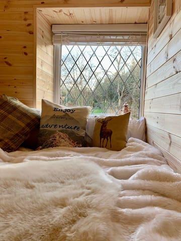 Cosy, quirky cabin room