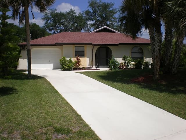 Charming Pool Home across Lake - Lehigh Acres - Casa