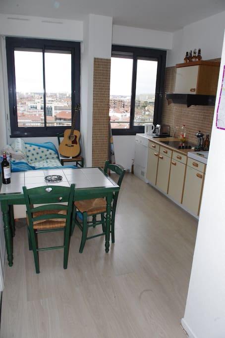 Un espace cuisine-salon spacieux pour accueillir et admirer la vue.