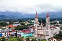 Igreja matriz na praça São Sebastião. o loft fica localizado na rua lateral da igreja.