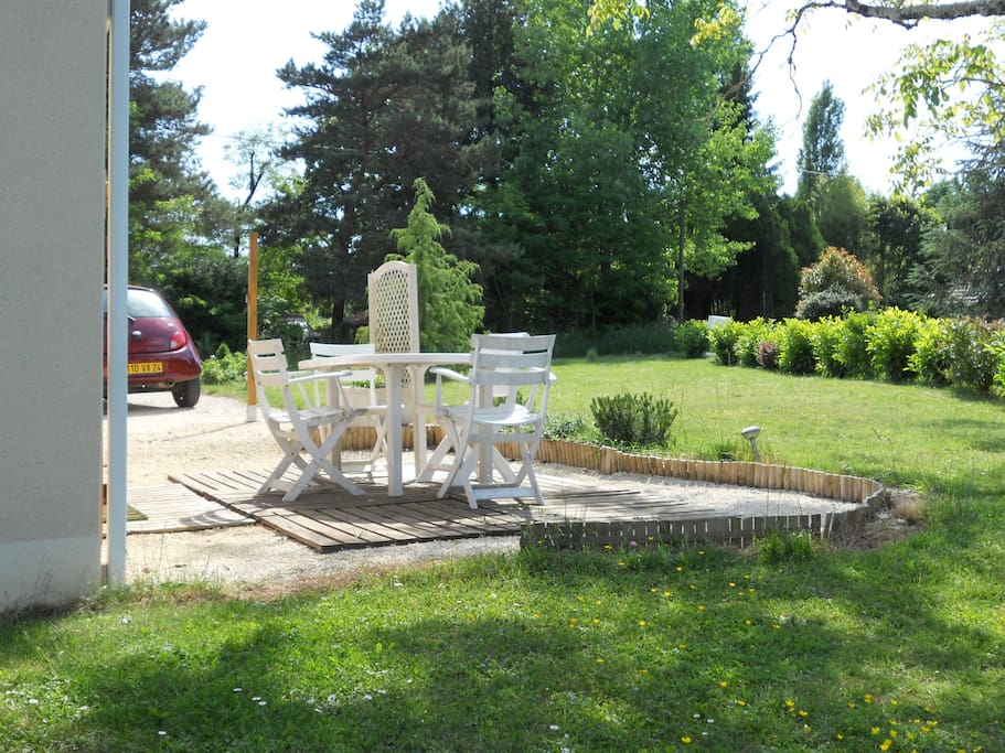 salon de jardin et parking privatif