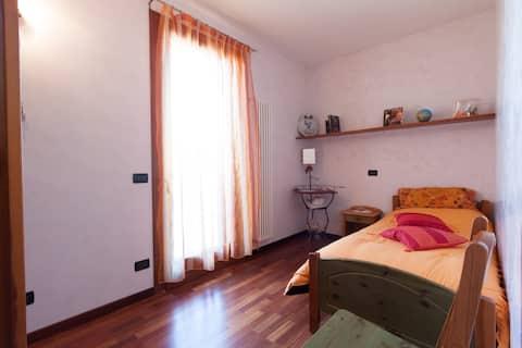 Cozy single bedroom - M0270422528-