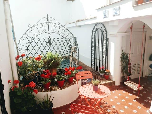 Enchanting Patio room, breakfast near Gibraltar