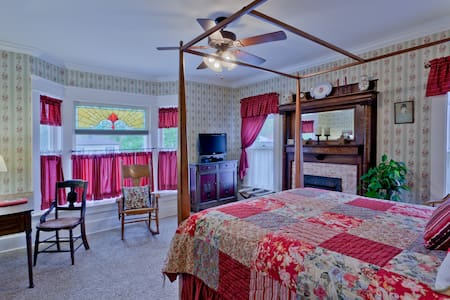 Zoar Village Room @ TheGarver House - Strasburg - Bed & Breakfast