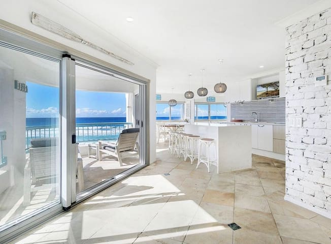 Private room in beautiful apartment- OCEAN VIEWS