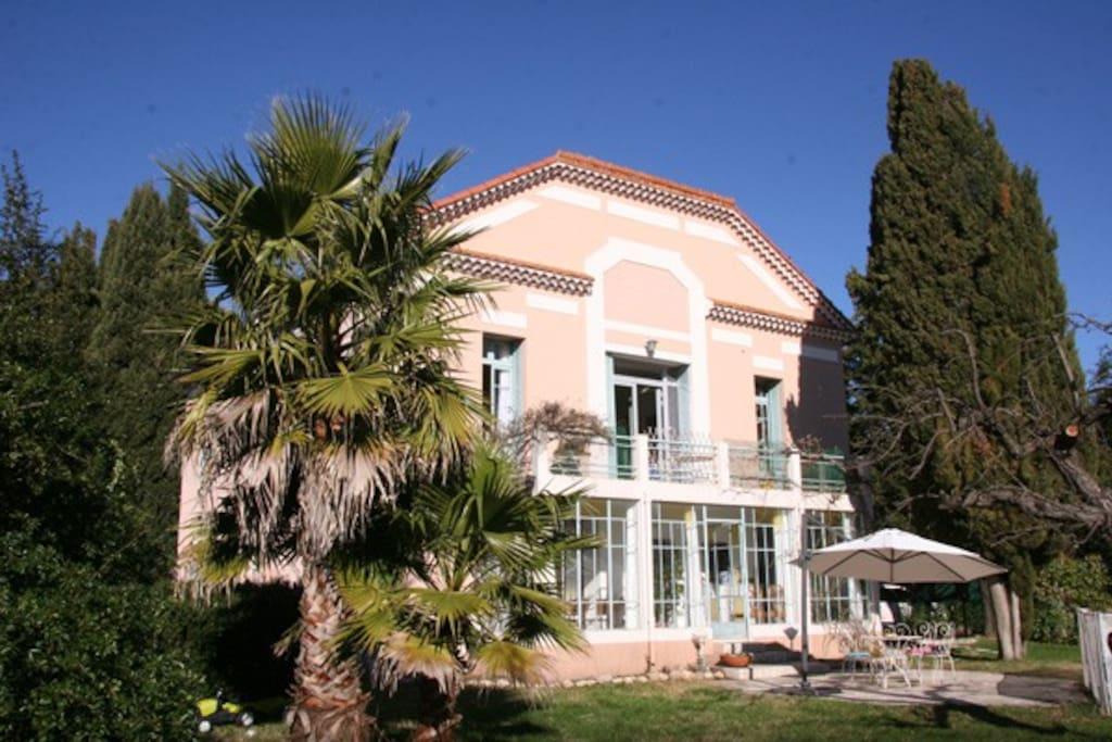 Maison Art-déco, vous voyez la terrasse où l'on petit déjeune et dîne en été.
