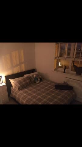 Lovely double room near airport & Jaguar/Landrover