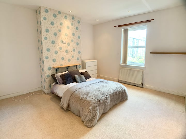 Large Double Room Wifi and Parking