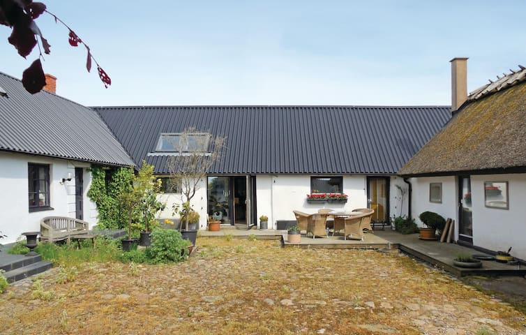 Former farm house with 2 bedrooms on 80 m² in Smedstorp
