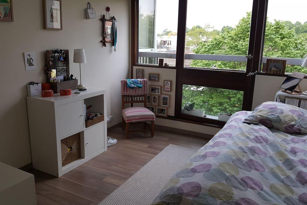 Chambre avec un bureau et une télévision. Possibilité lit double très confortable.