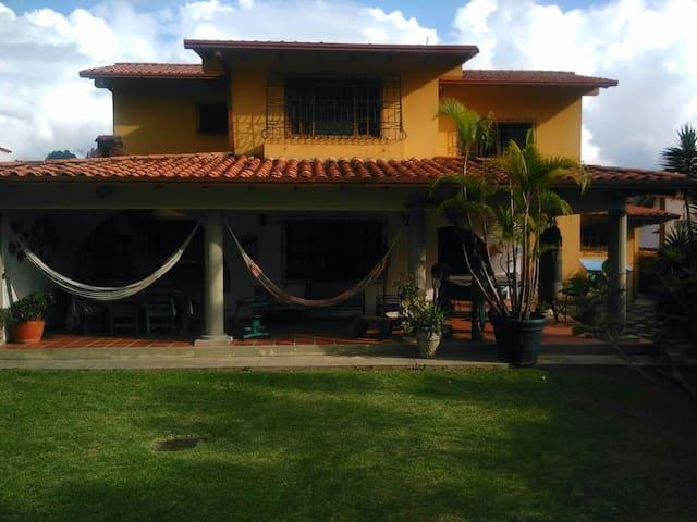 Habitación en una hermosa y tranquila casa - Mérida - House