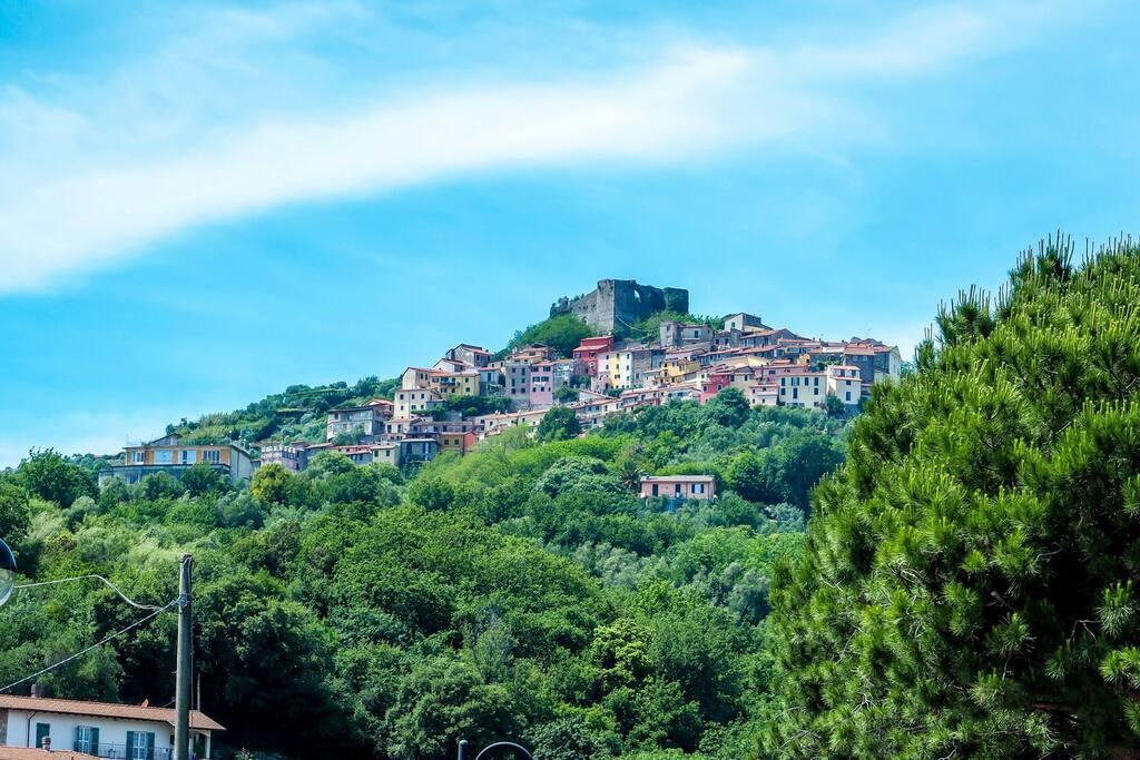 Il piccolo pendio su cui sorge il borgo di Trebiano. La casa si situa ai piedi del borgo. (The little country of Trebiano Magra)