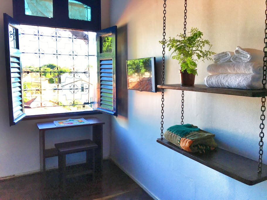 Window w/ Historic Street View, Desk and Clothing Shelves/ Janela c/ Vista p/ Rua Historica e Estante p/ Roupas